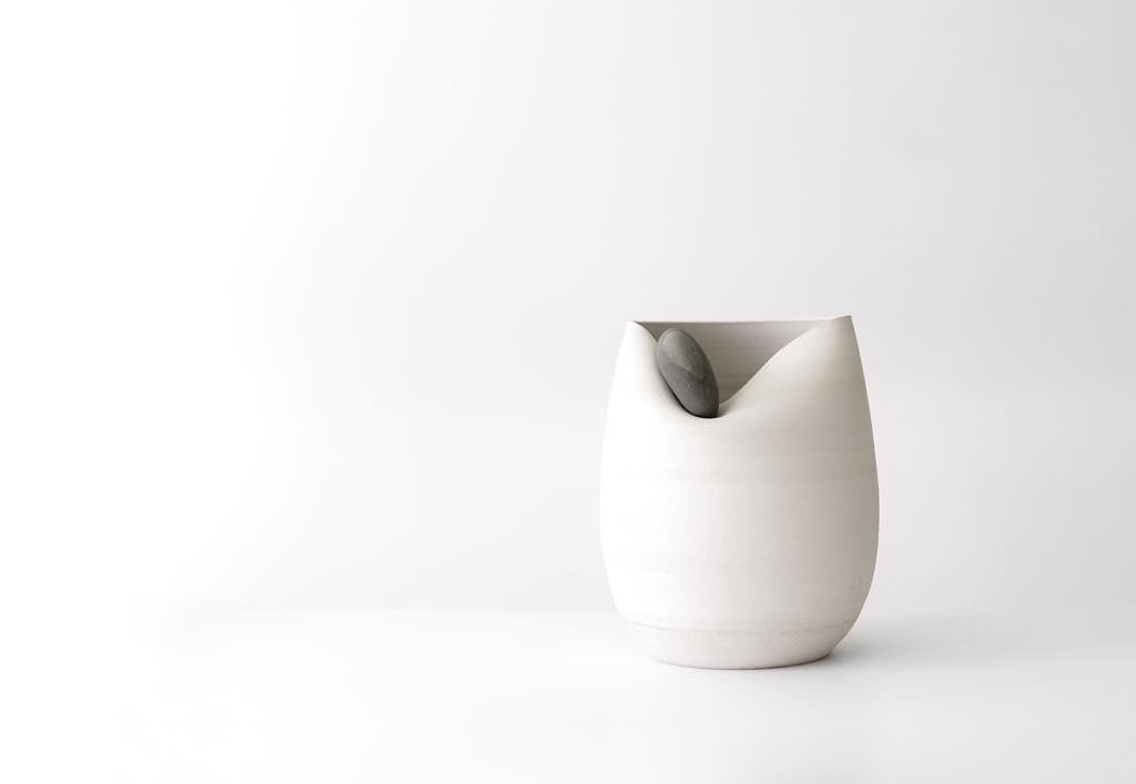 azua_white_jug_with_stone_01