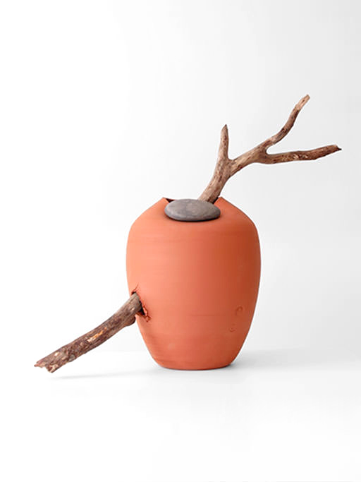 azua_red_jug_with_stone_and_wood02
