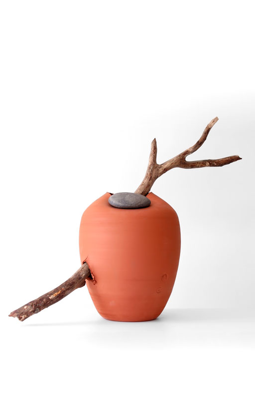 azua_red_jug_with_stone_and_wood01